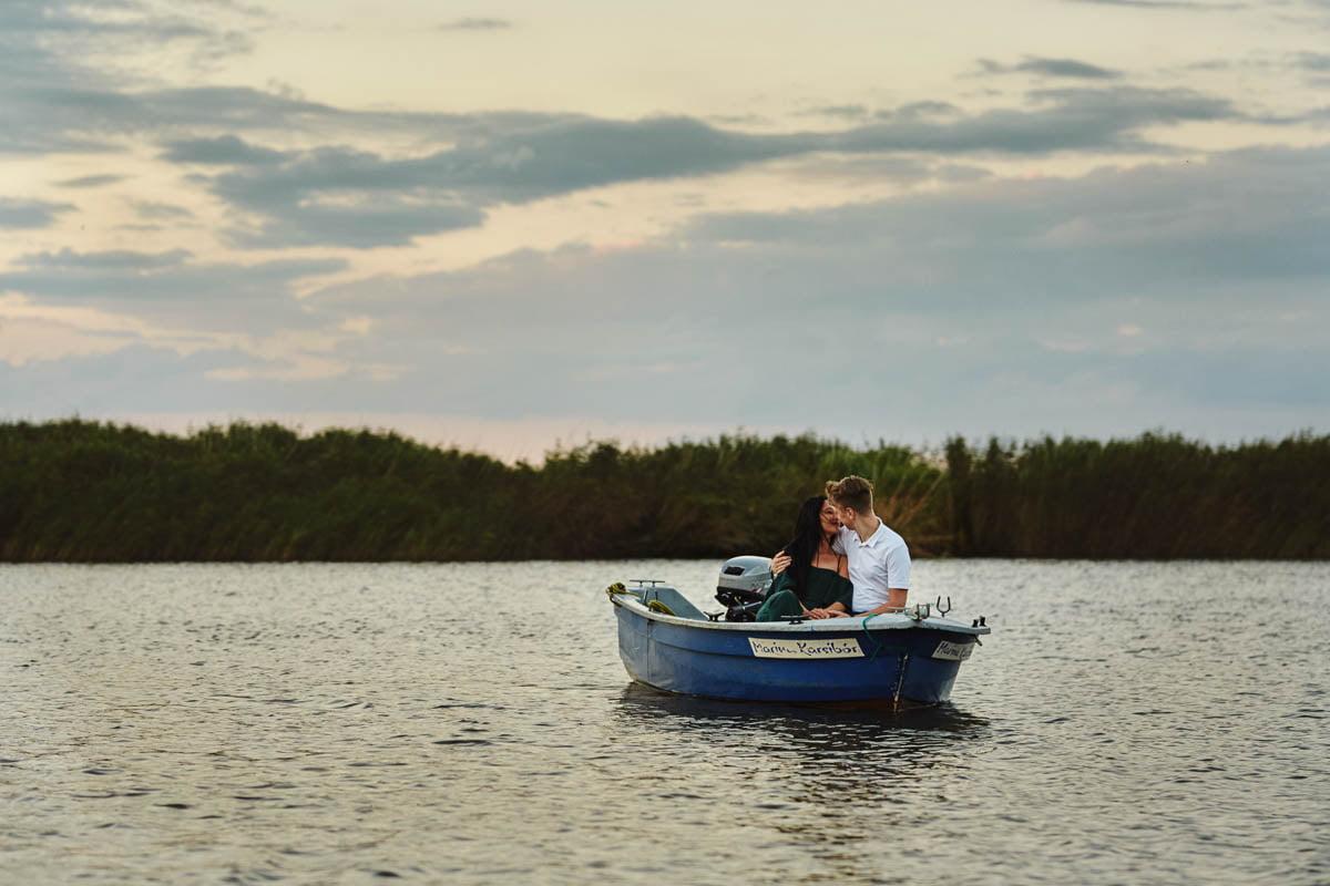 sesja nad morzem - narzeczeni na łódce