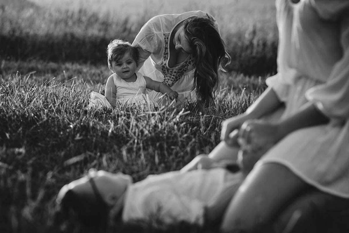 sesja rodzinna w górach - rodzina na łące