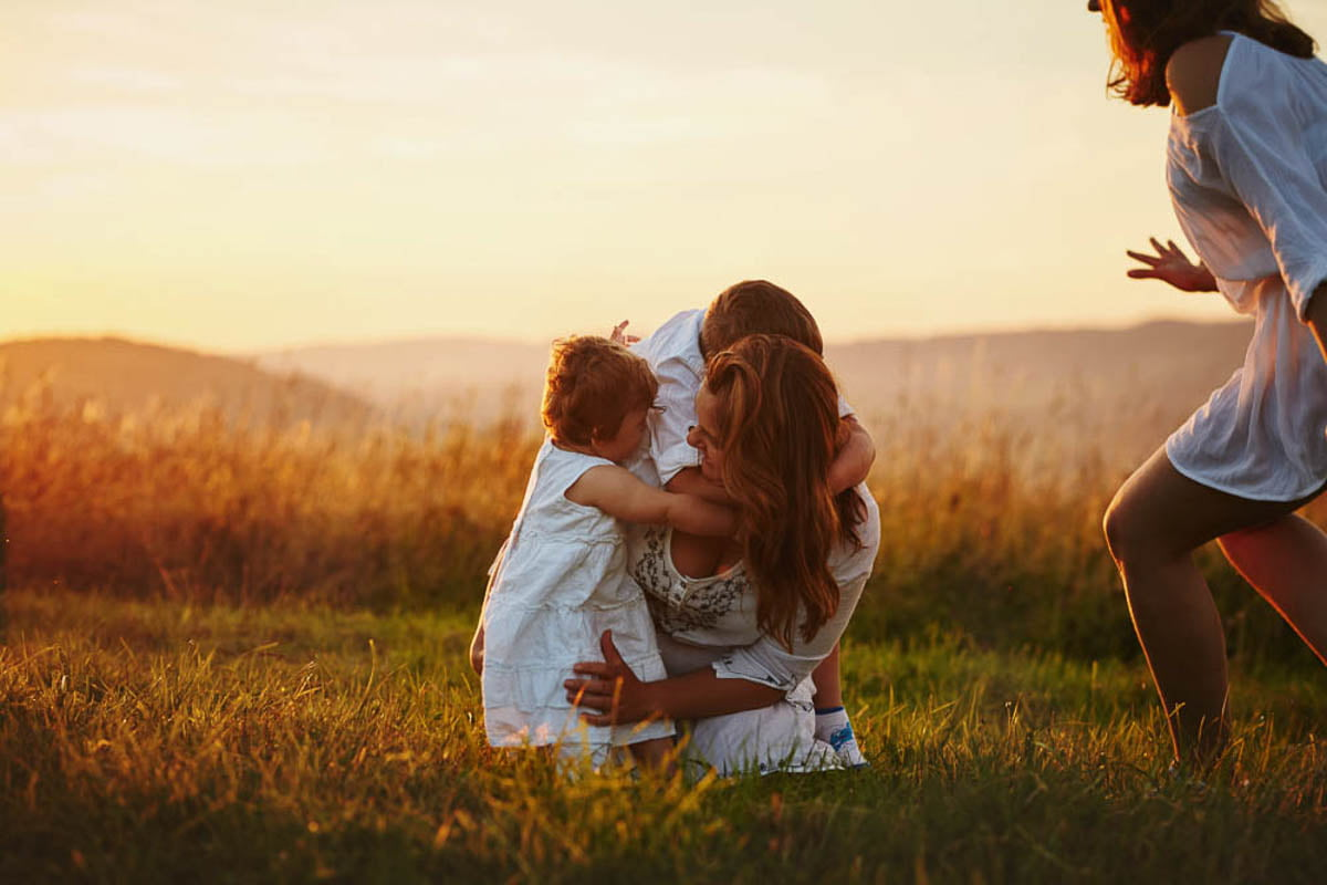 sesja rodzinna w górach - siostry z bratem - dzieci przytulają mamę