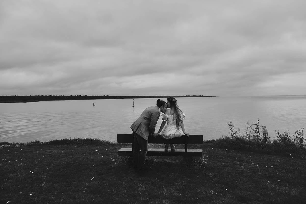sesja narzeczeńska - delikatny pocałunek