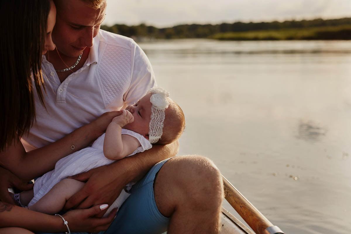 sesja rodzinna Świnoujście - tata trzyma córeczkę