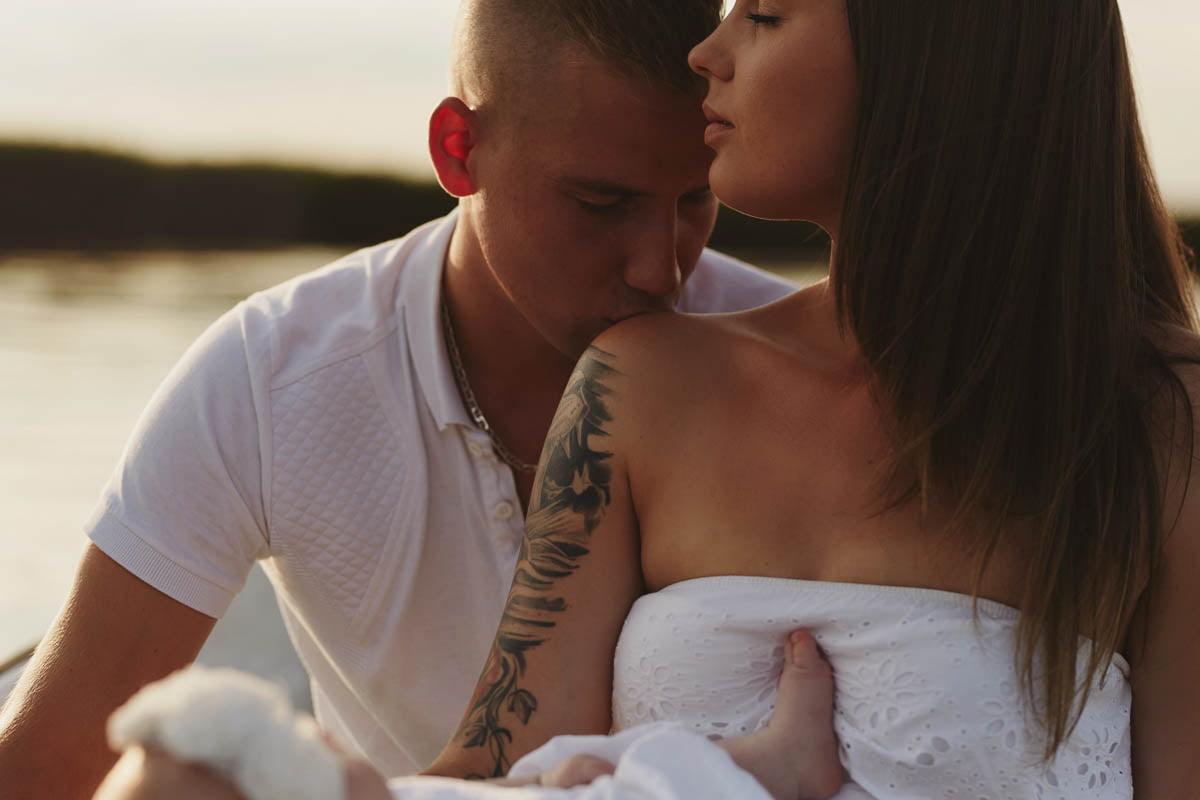 sesja rodzinna Świnoujście - tata całuje mamę