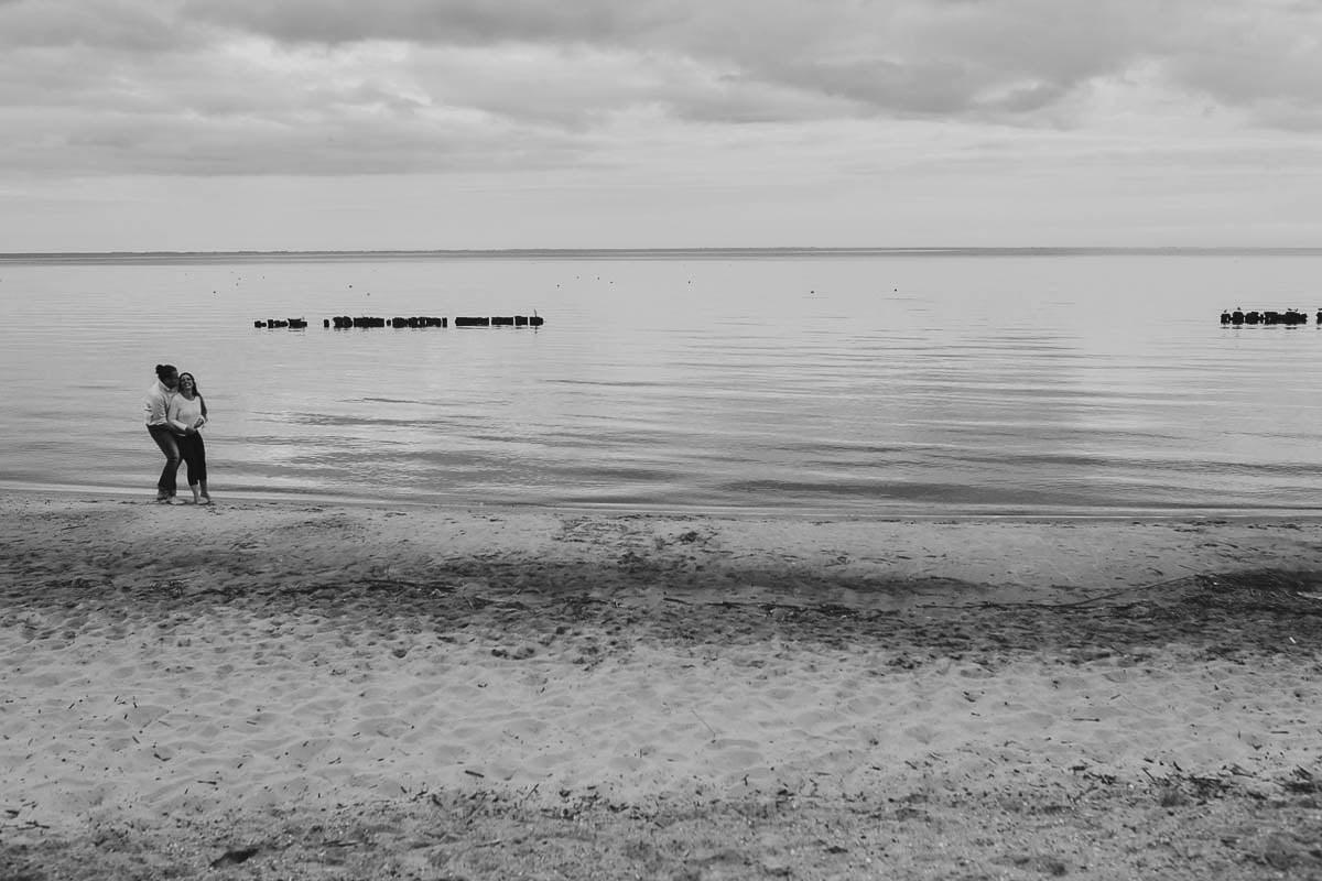 sesja narzeczeńska - para w wodzie
