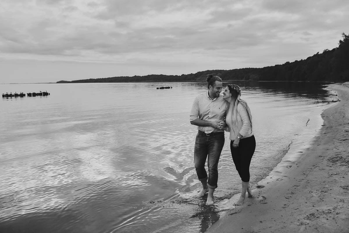 sesja narzeczeńska - uśmiechnięta para w wodzie