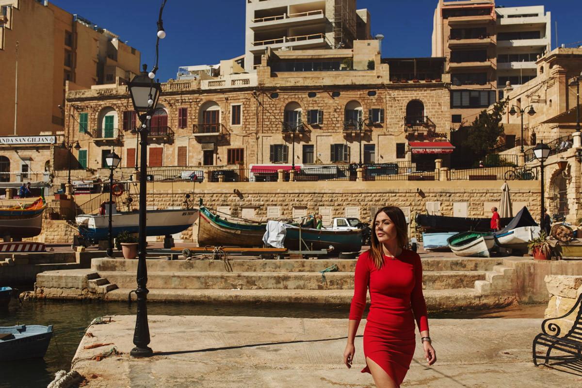 zdjecia ślubne malta - San Julian dziewczyna w czerwonej sukience