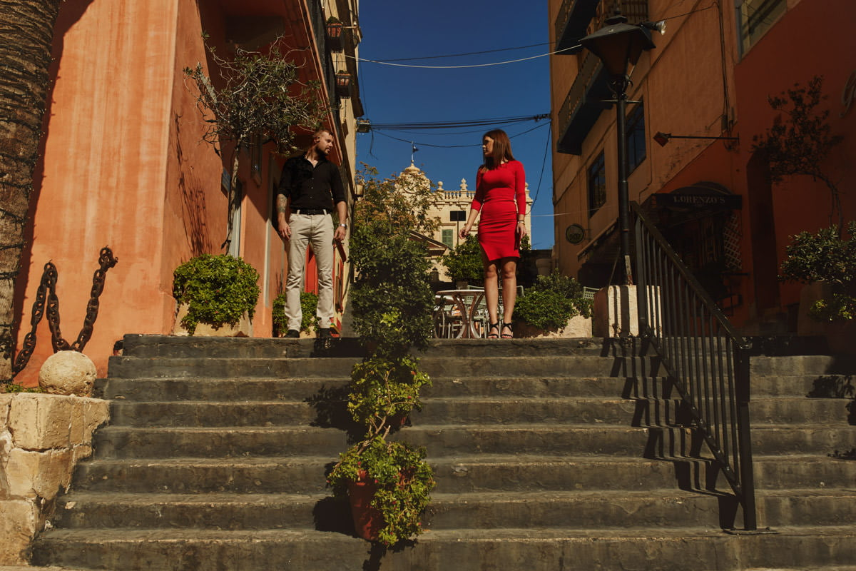 zdjecia ślubne malta - San Lulian, para na schodach