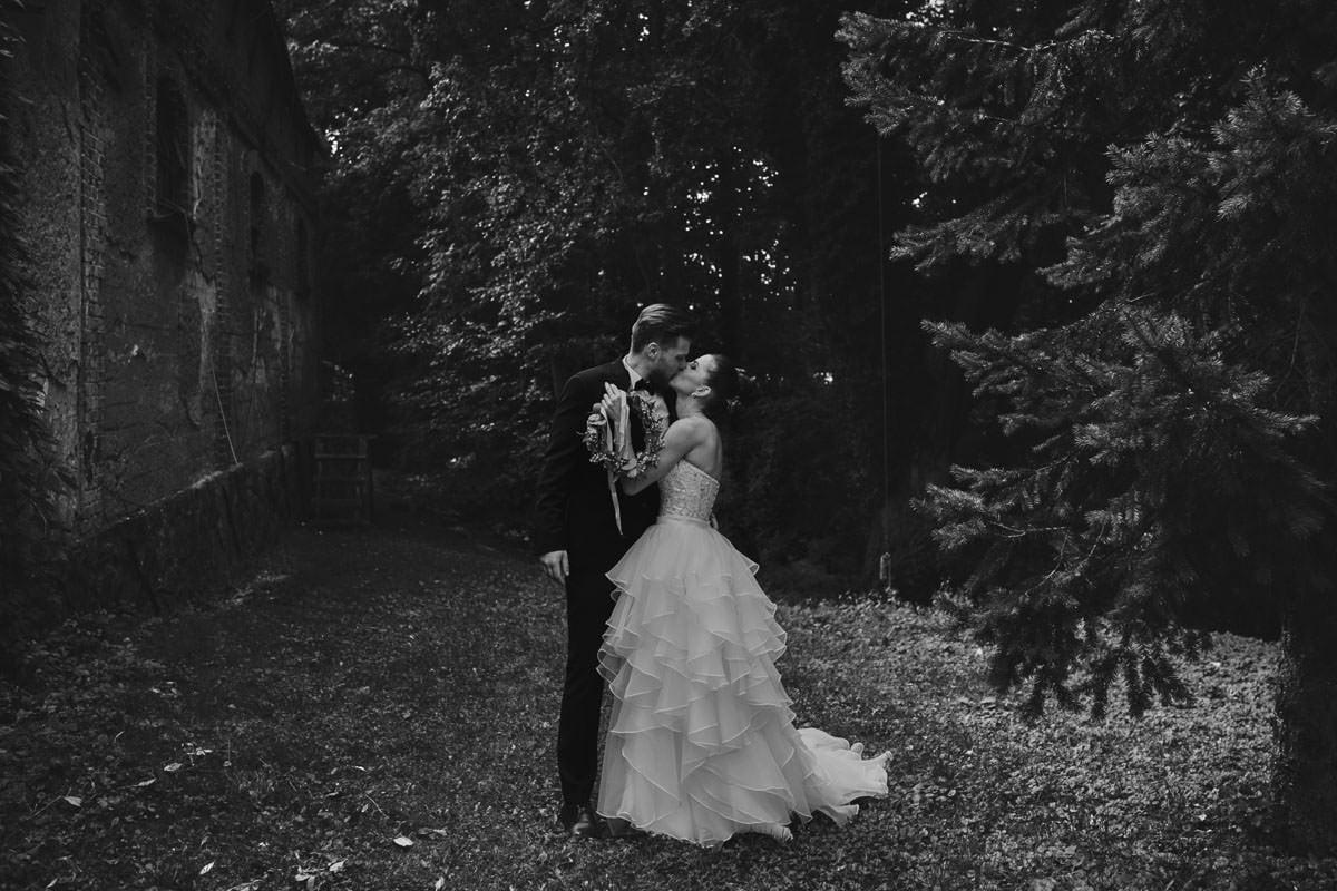 dworek ostęp - pocałunek w lesie