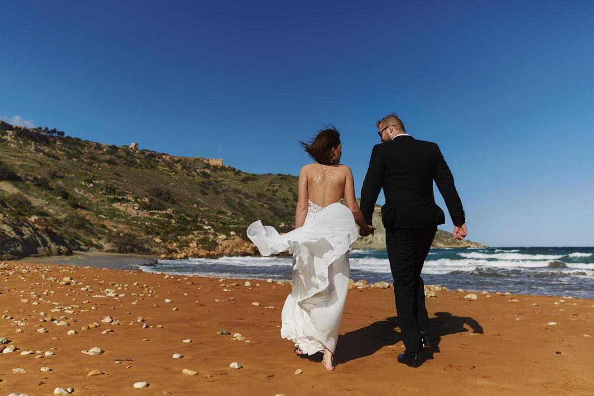 zdjecia ślubne malta - Ramla Bay, para na plaży