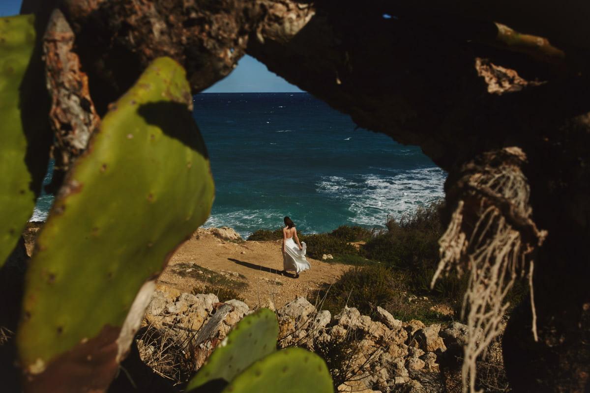 zdjecia ślubne malta - Ramla Bay kobieta nad wodą