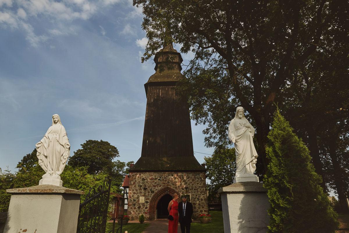 kosciół Przybiernów - przed kościołem