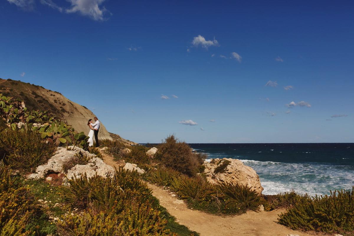 zdjecia ślubne malta - Ramla Bay - para na wydmach