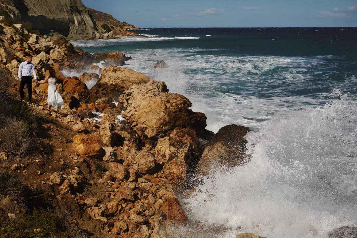 zdjecia ślubne malta - Ramla Bay - fale rozbijają skały