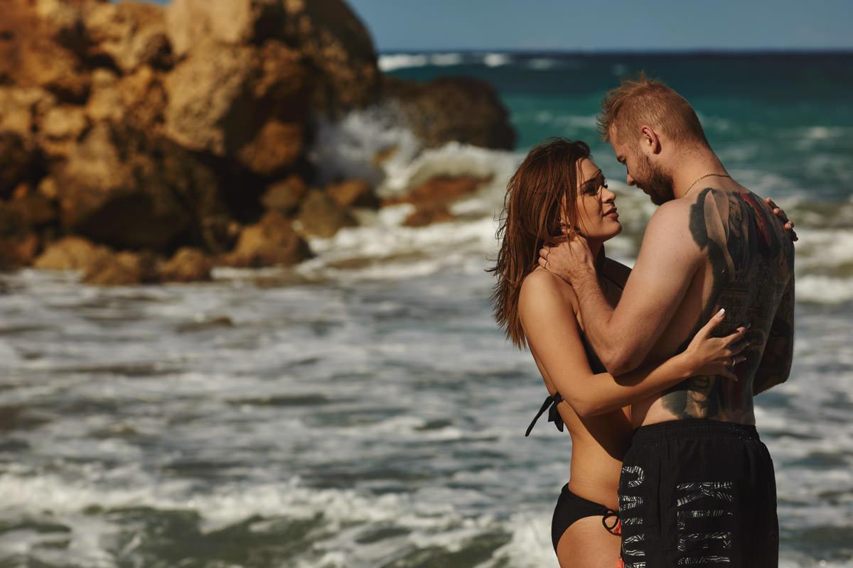 zdjecia ślubne malta - Ramla Bay - przytulenie ludzie
