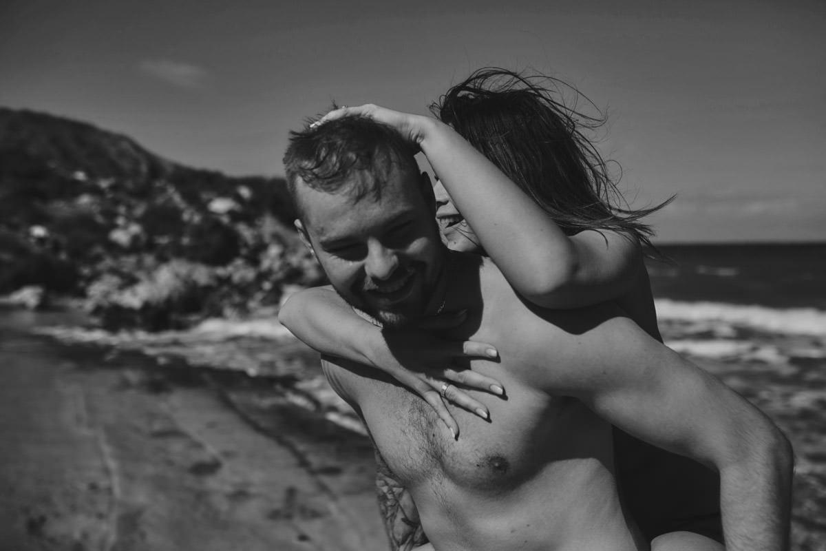 zdjecia ślubne malta - Ramla Bay - szcześliwi ludzie