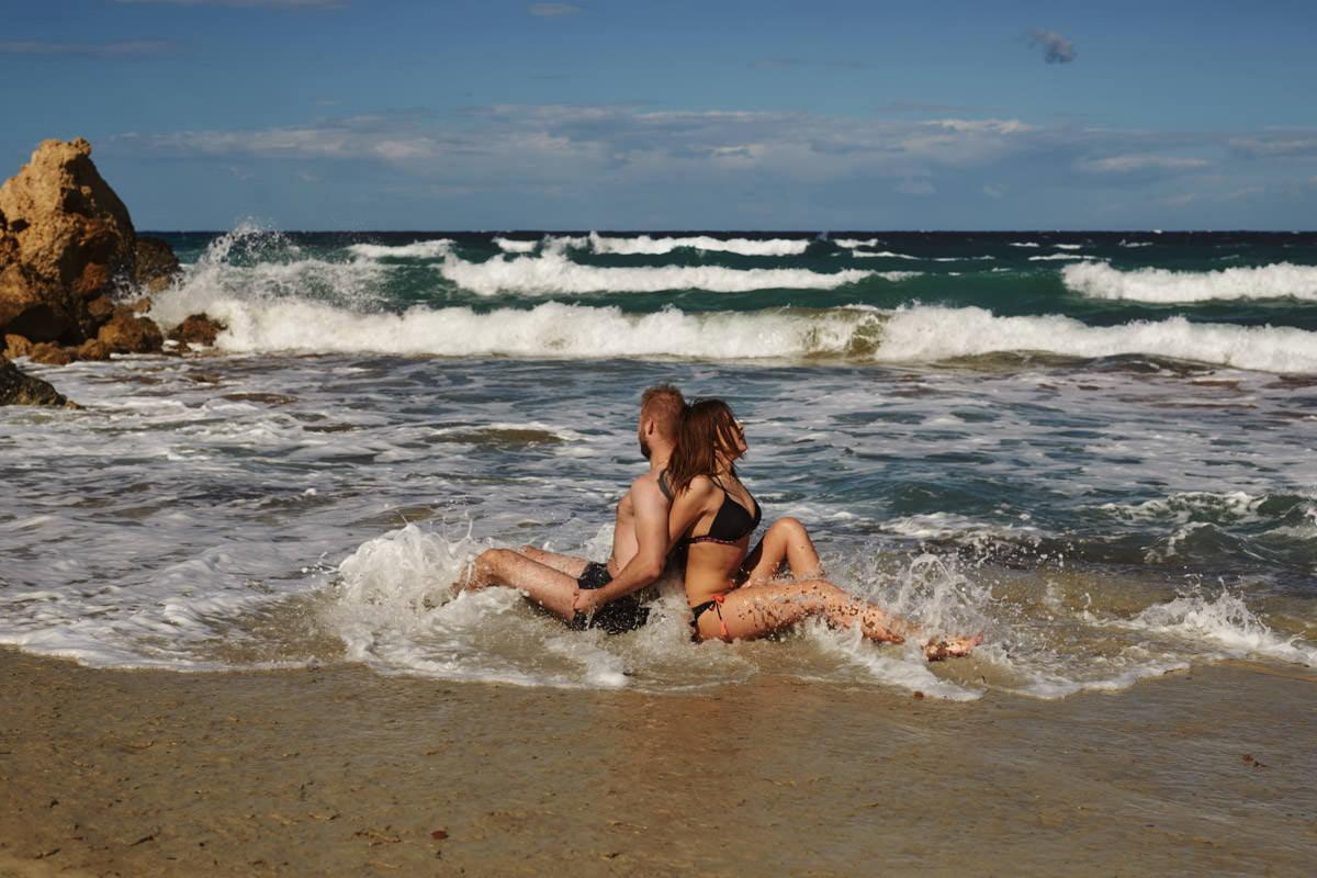zdjecia ślubne malta - Ramla Bay - kąpiący się ludzie