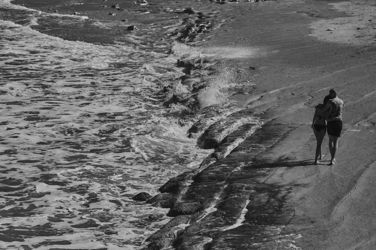 zdjecia ślubne malta - Ramla Bay - spacer po plaży