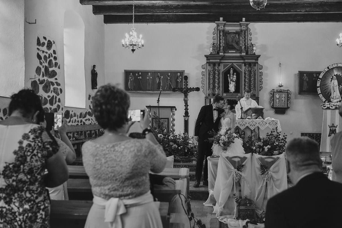 kosciół Przybiernów - pocałunek przy ołtarzu