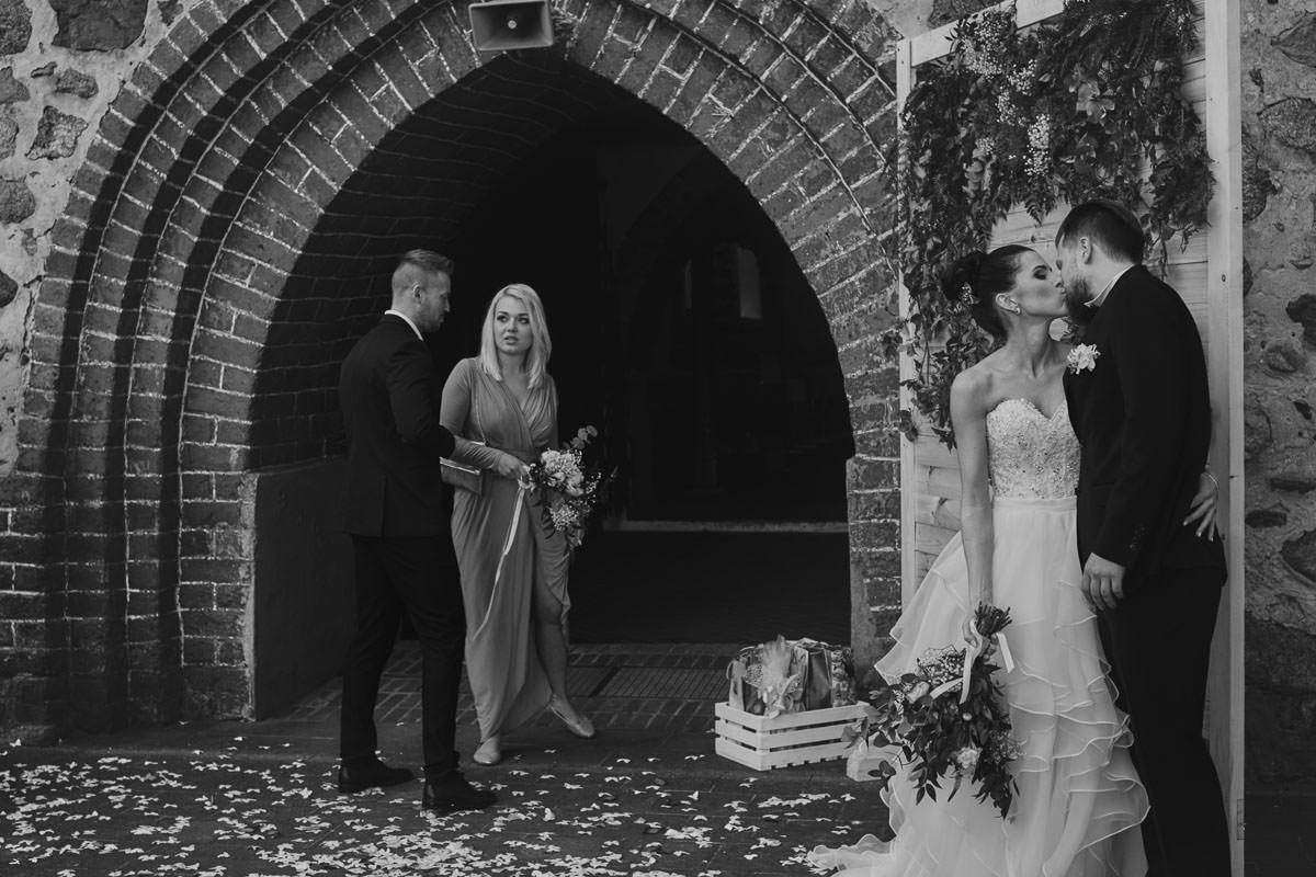kosciół Przybiernów - pocałunek przed kościołem