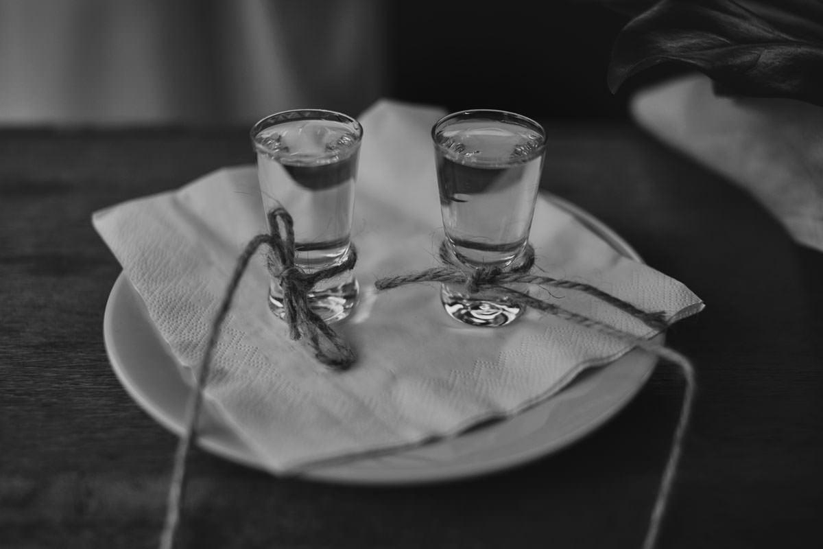 dworek ostep - kieliszki z wódką