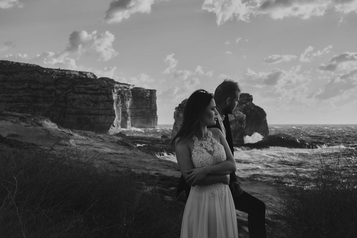 zdjecia ślubne malta - Fungus Rock - sesja na plaży