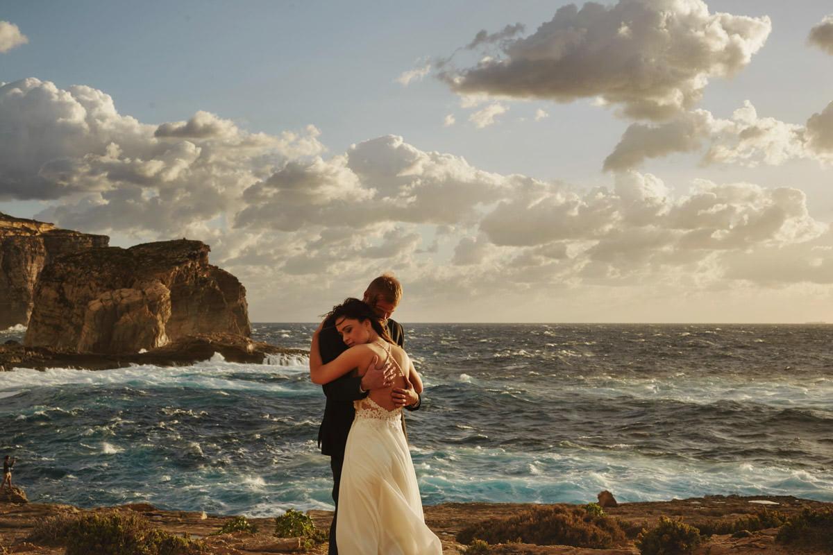 zdjecia ślubne malta - Fungus Rock - przytulona para