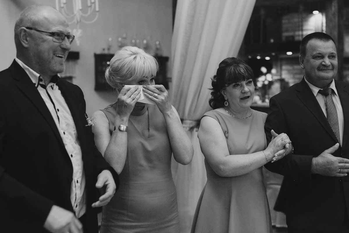 dworek ostep - rodzice płaczą na podziękowaniach