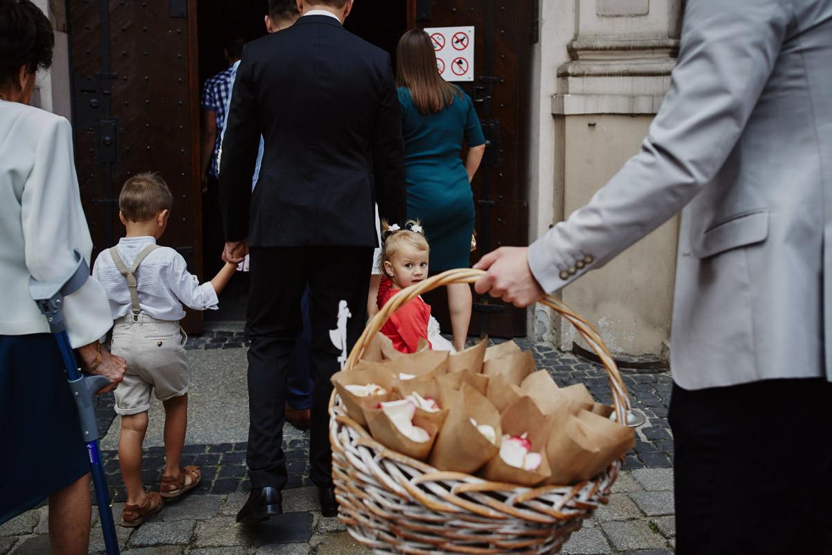 dzieci ida na ceremonię