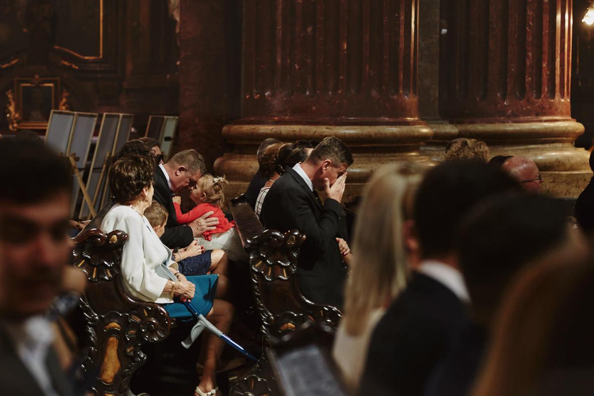 tata z dzieckiem w kościele