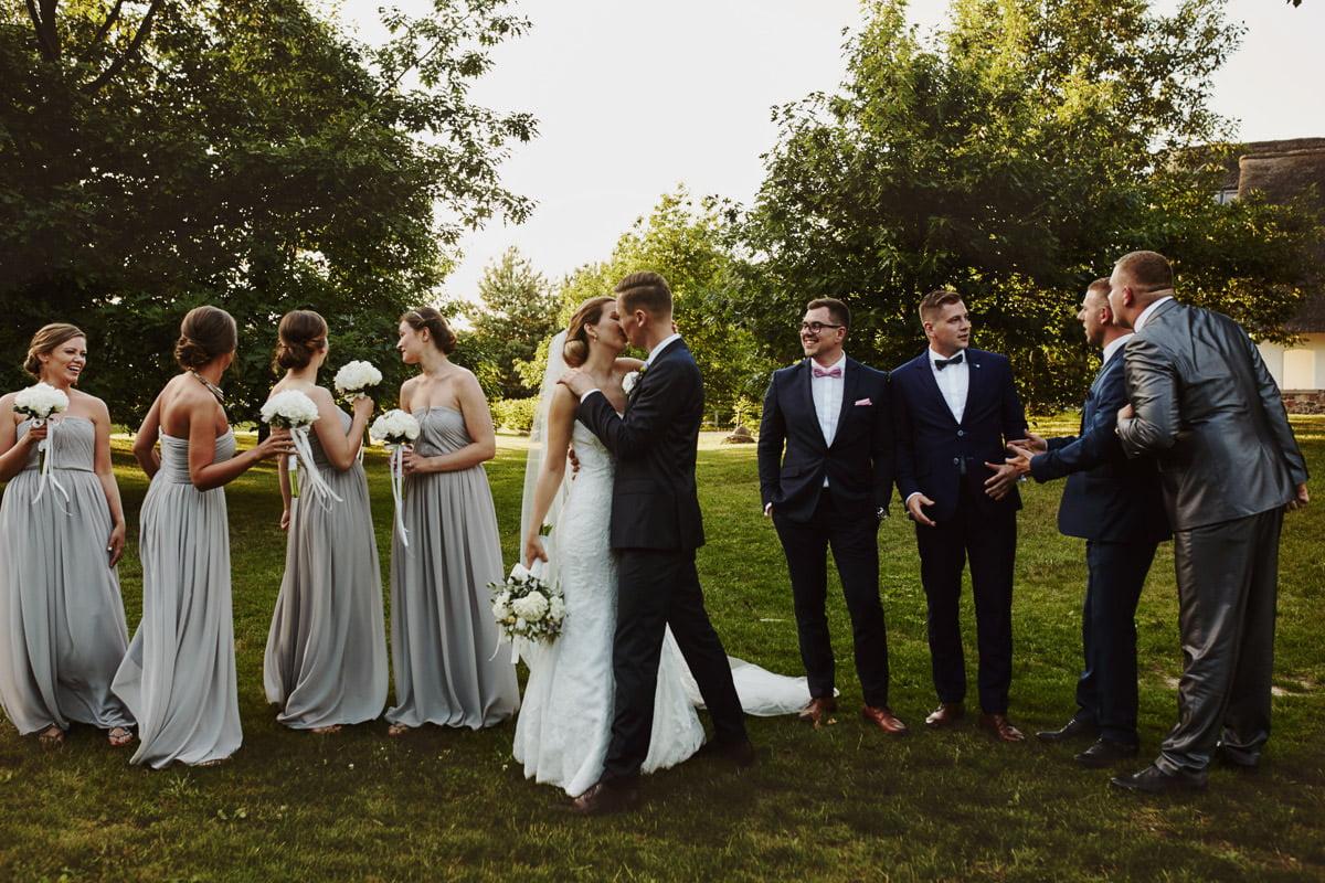 Spalarnia Puszczykowo - pocałunek na sesji ślubnej