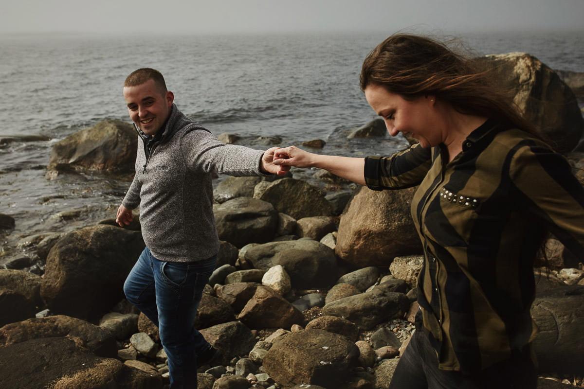 para spaceruje po kamienistej plaży