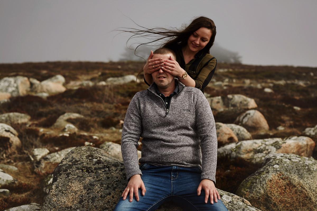 kobieta zasłania oczy męszczyznie