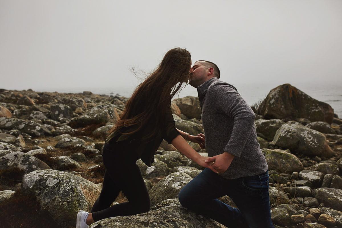 całująca się para na sesji
