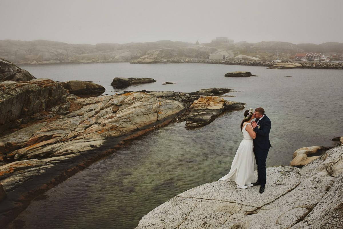 pocalunek na skalistym nabrzeżu