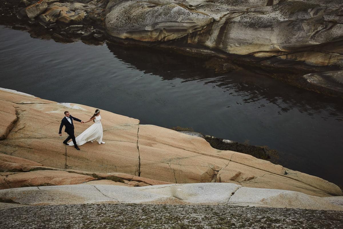 para spaceruje po skalistym nabrzeżu