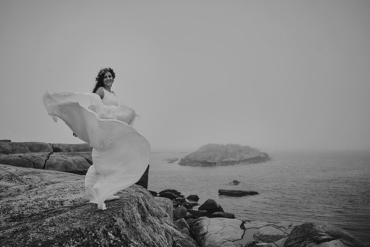 rozwiana wiatrem suknia ślubna