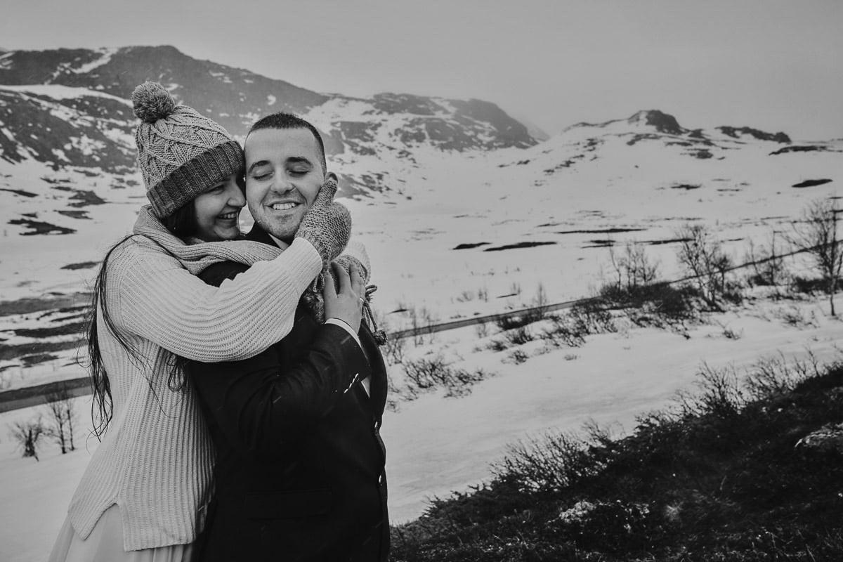 przytulenie na tle gór