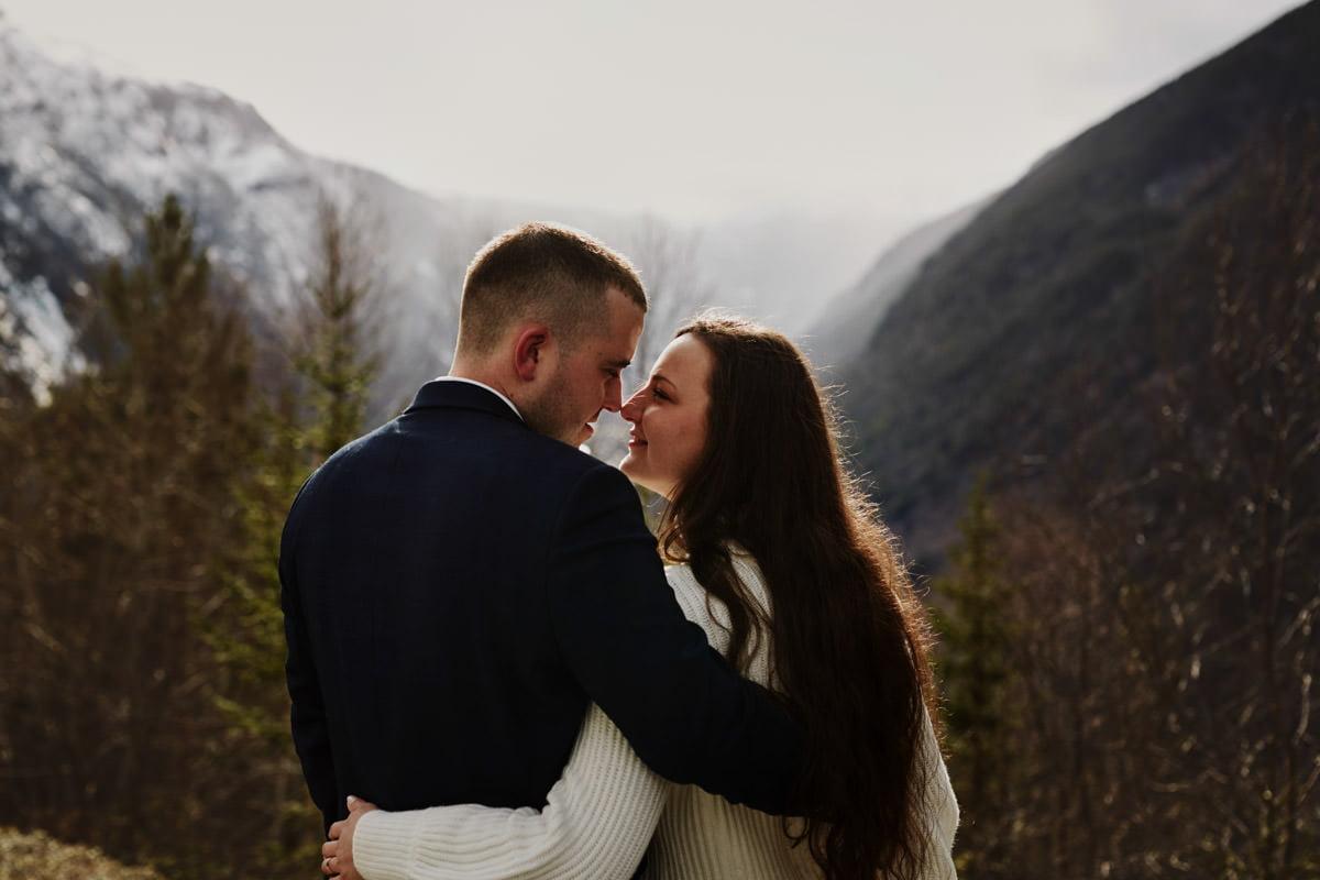 przytulona para ślubna