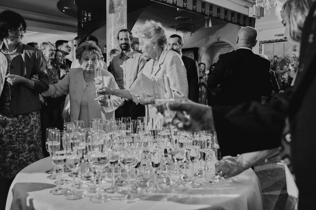 Dworek Hetmański - stół z szampanem