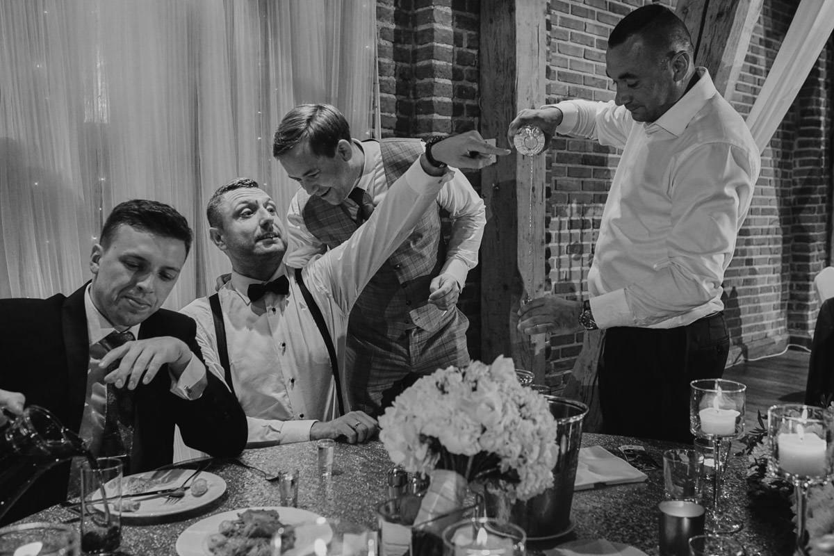 gesty i emocje na weselu