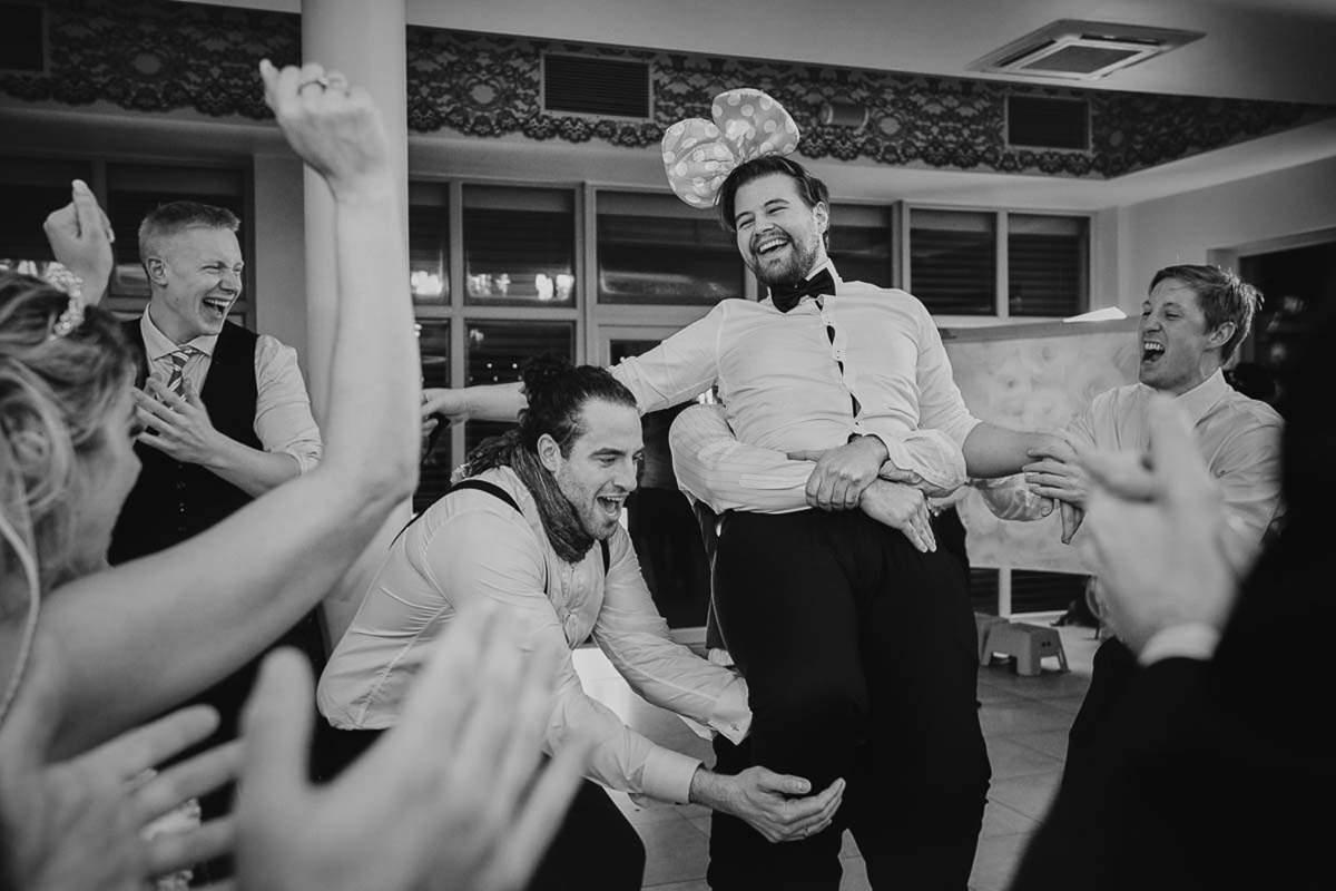 roześmiani goście weselni