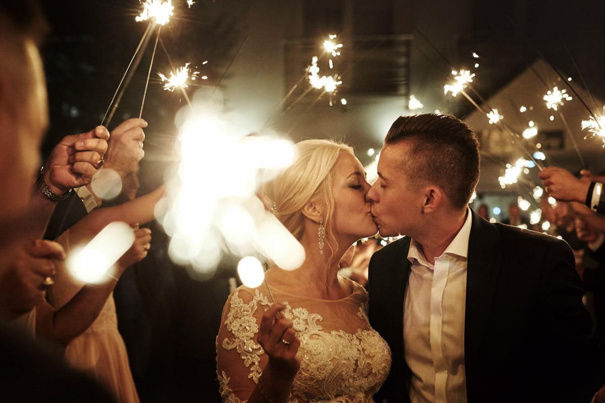 pocałunek w świetle zimnych ogni