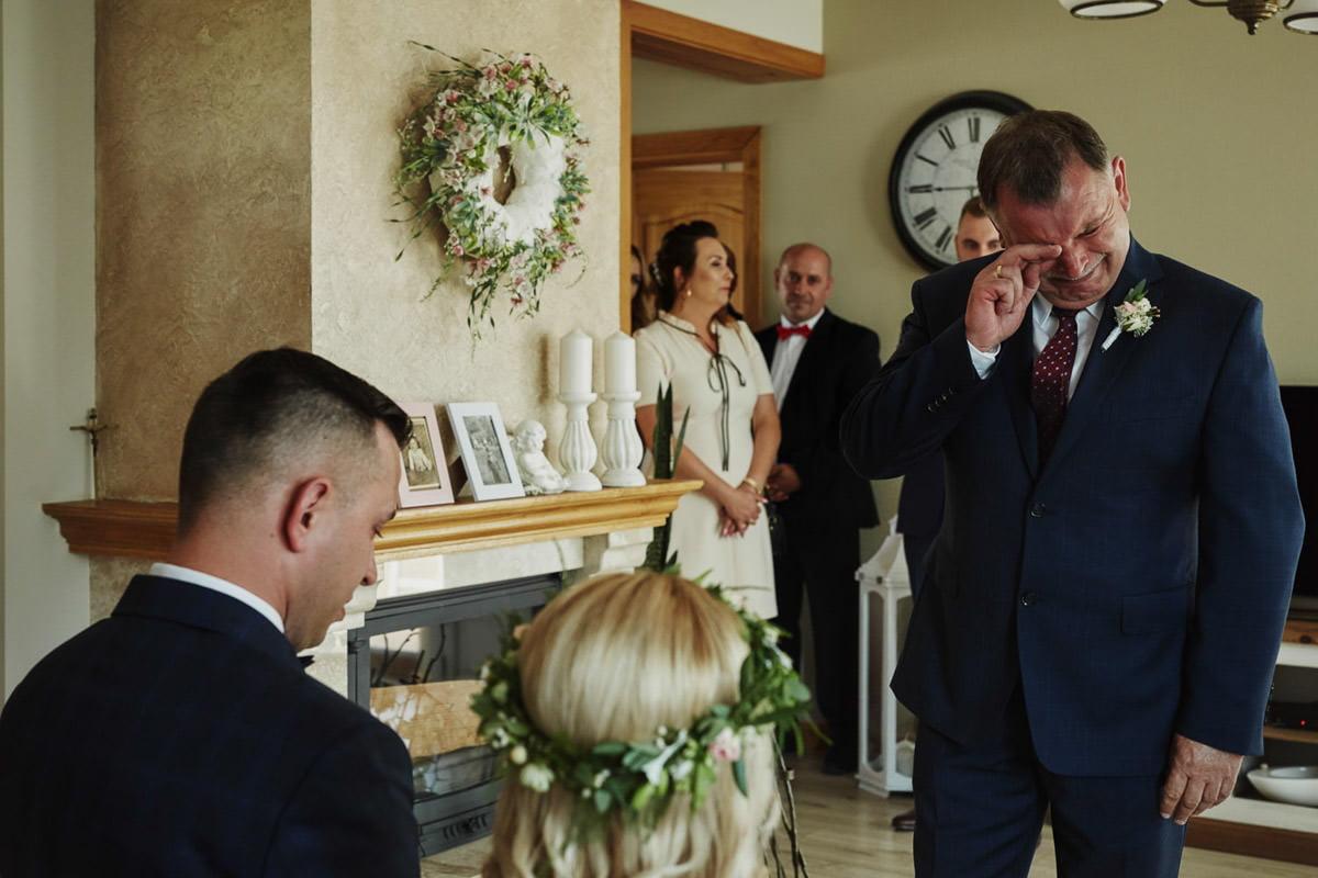 reportaż ślubny - tata płacze