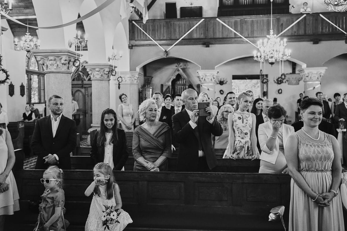 goście w kościele, płacz matek