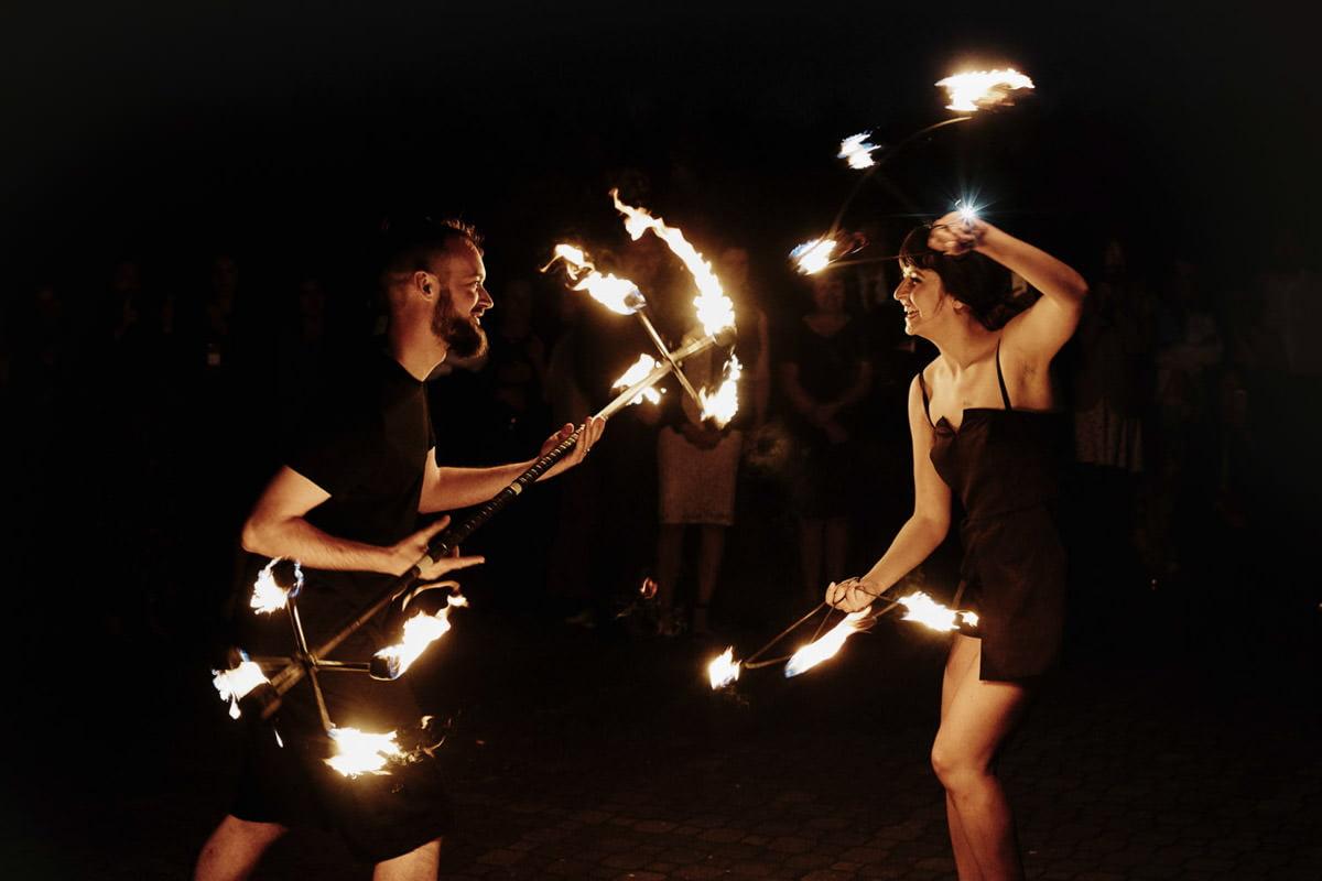para młoda taniec z ogniem