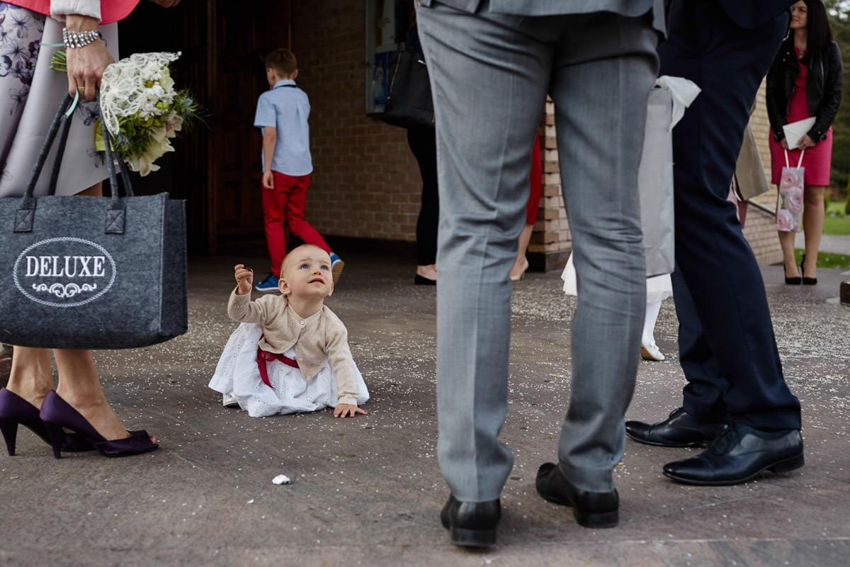 dziecko przed kościołem
