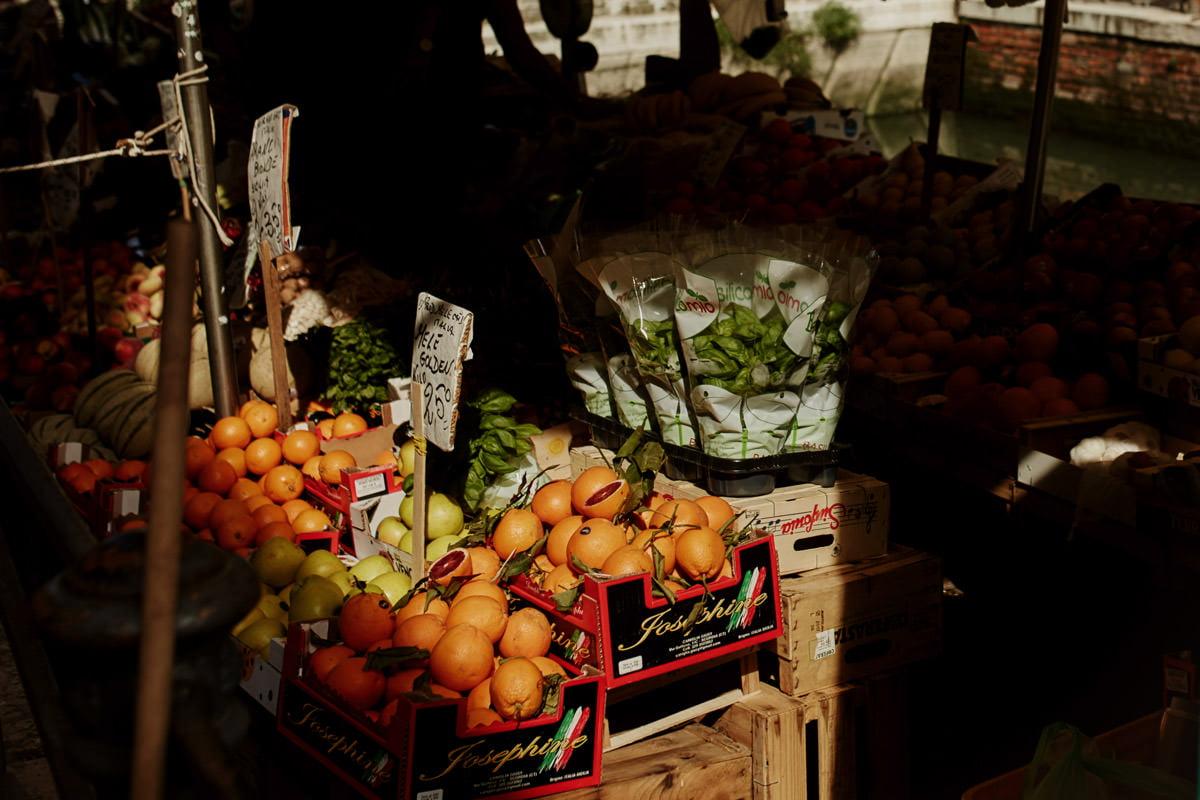 owoce na pływającym straganie w Wenecji