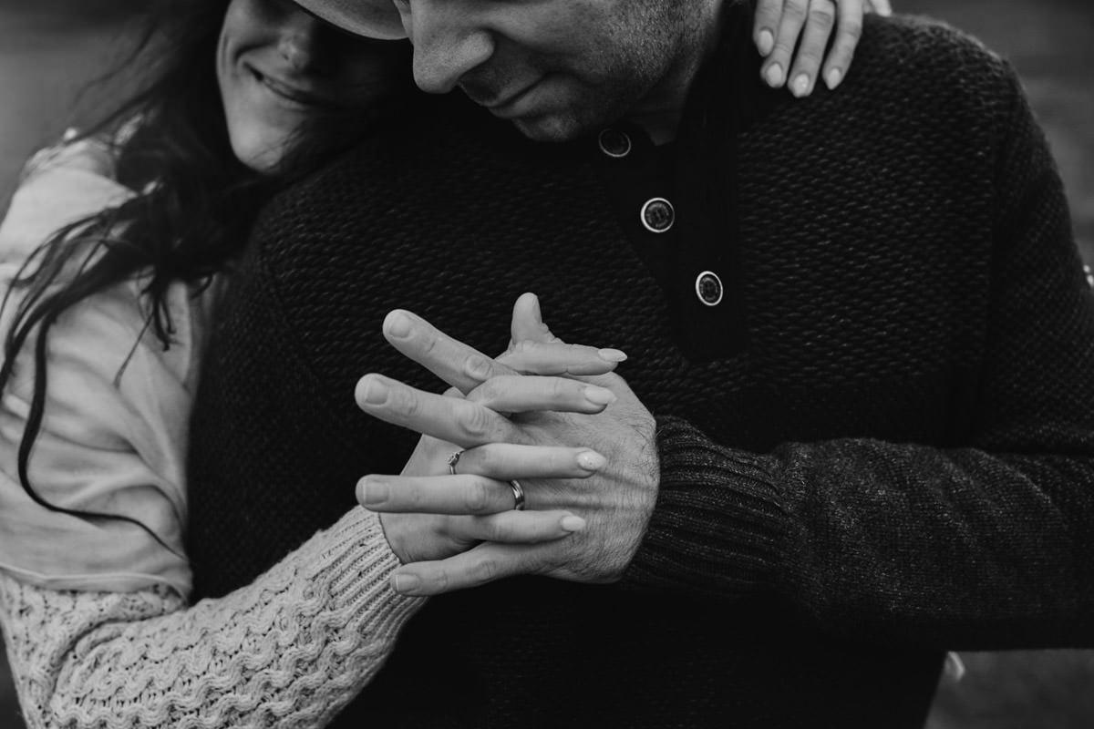 gesty - przytulona para w wykonaniu Przemek Białek - fotograf