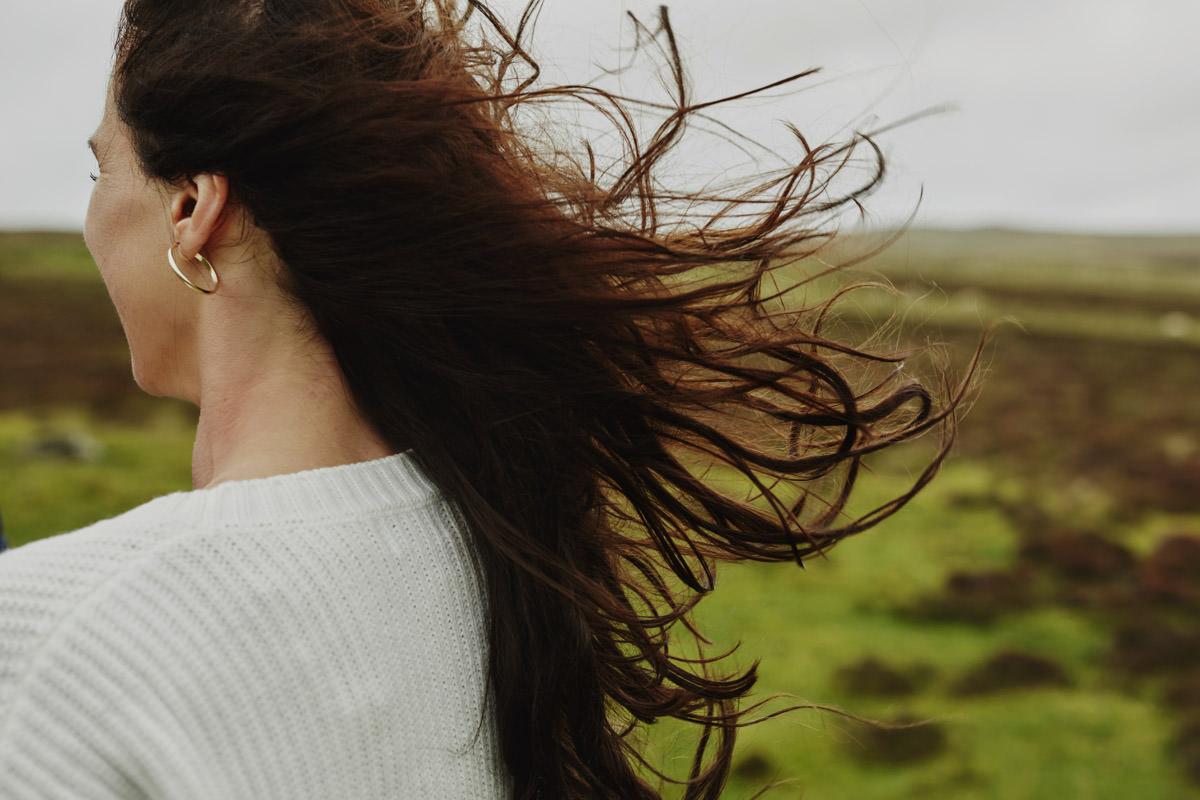 rozwiane włosy Panny Młodej
