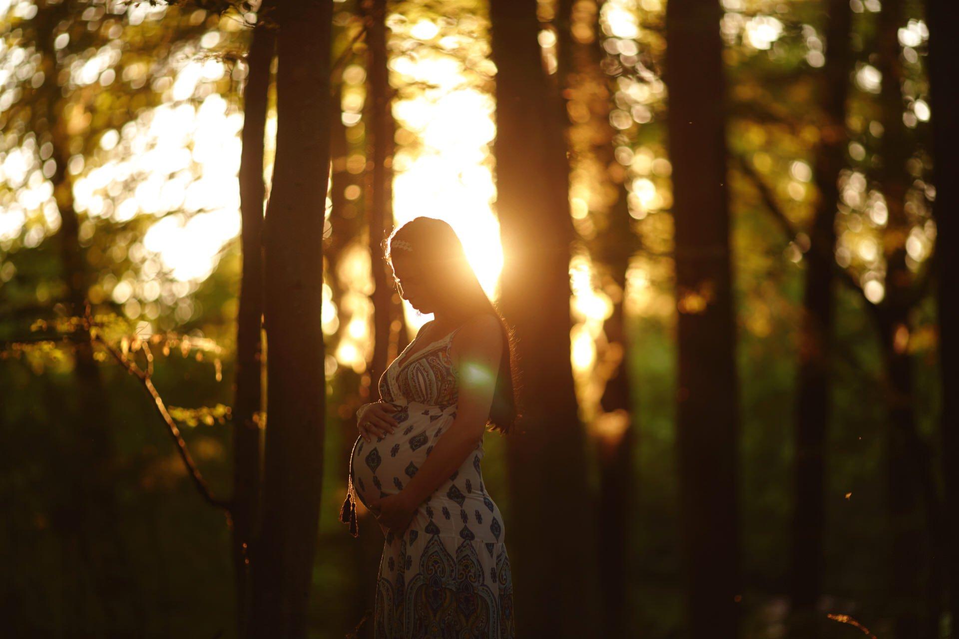 plenerowa sesja ciążowa o zachodzie słońca