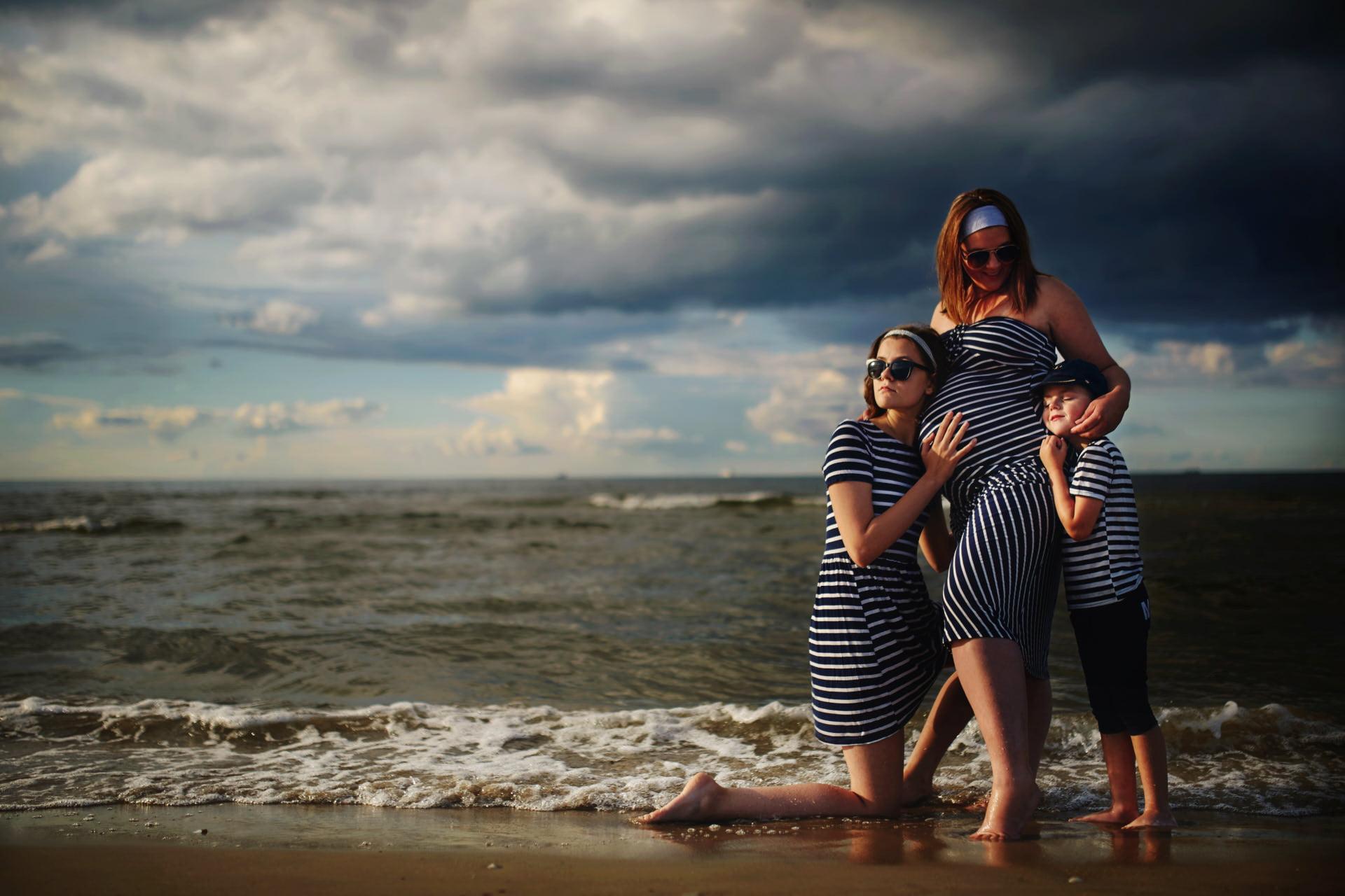 sesja w ciąży nad morzem